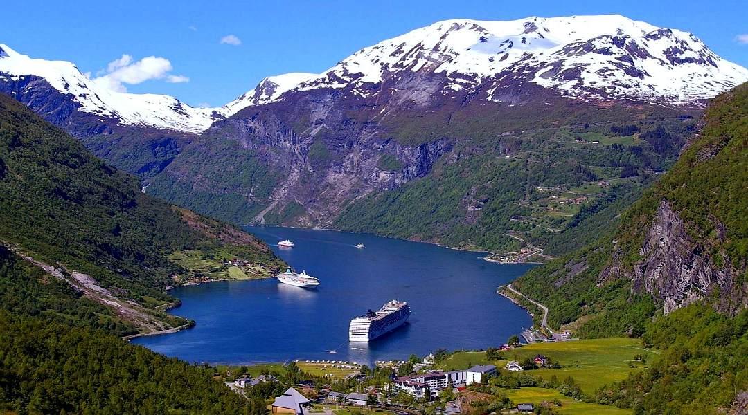 Foto: Norwegen Fjordlandschaft mit verschneiten Bergen